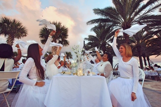 West+Palm+Beach+Diner+en+Blanc+performing+the+tradition+of+napkin+waving.