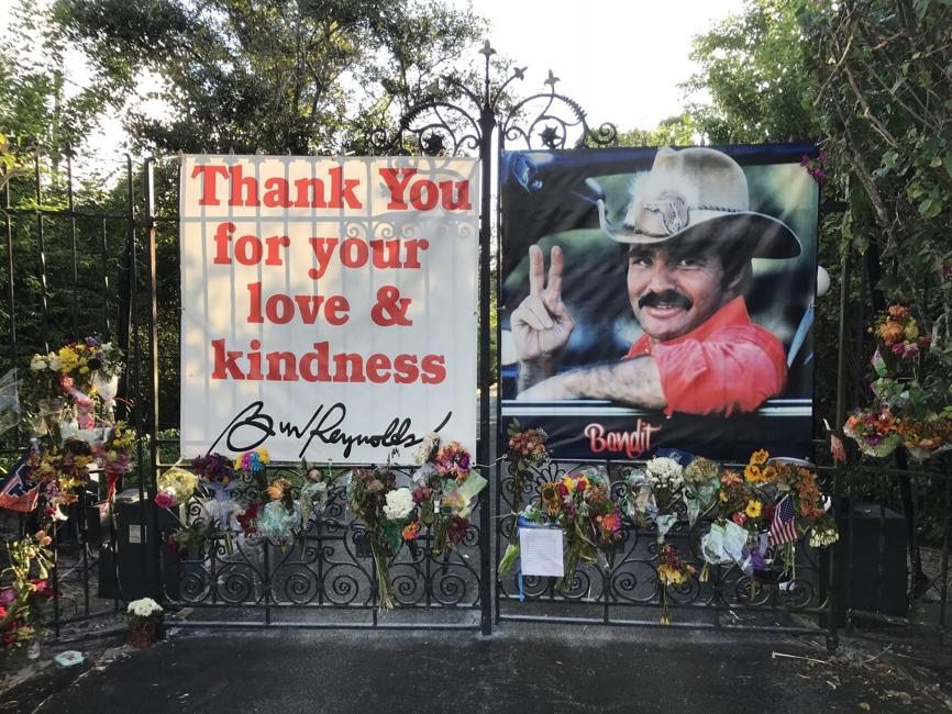 Fans+show+their+love+for+Burt+Reynolds+outside+his+home+in++Hobe+Sound.